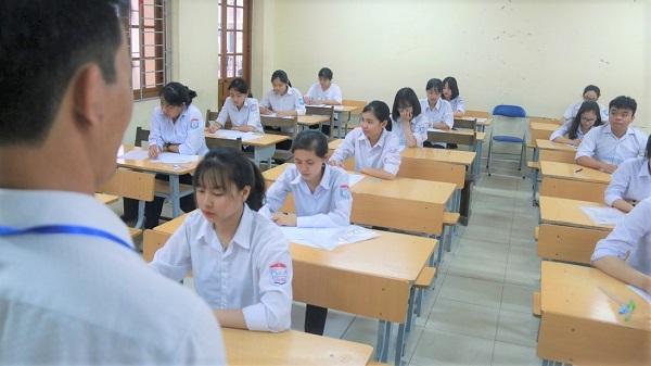 Dinh Chi Thi Sinh Ngang Nhien Mang Ipad Vao Phong Thi De Quay Cop (2)