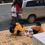Bữa cơm bình dị của người mẹ già ngày đưa con đến trường nhập học