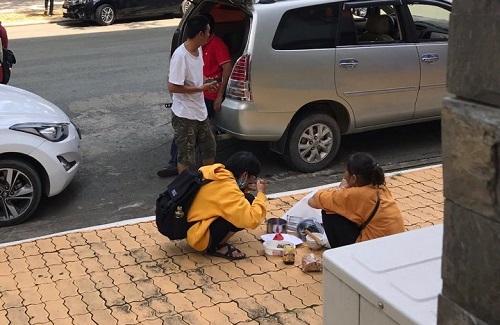 Bua Com Giua San Truong Cua Nguoi Me Ngheo Va Co Sinh Vien Nam Nhat