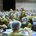 1.500 binh sĩ Singapore đóng gói 5,2 triệu khẩu trang phát miễn phí cho dân chống virus corona