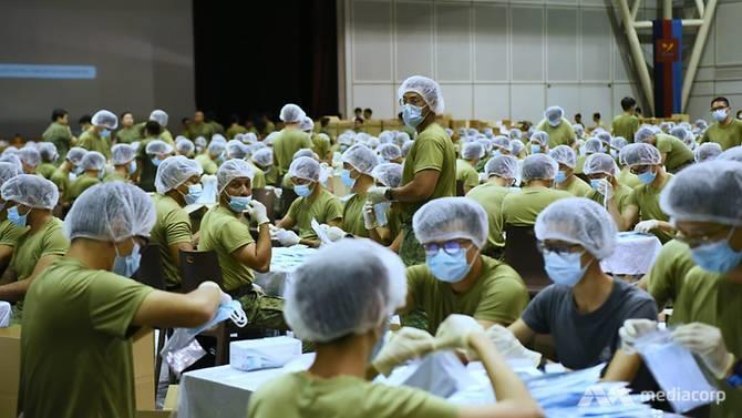 1.500 binh sĩ Singapore đóng gói 5,2 triệu khẩu trang